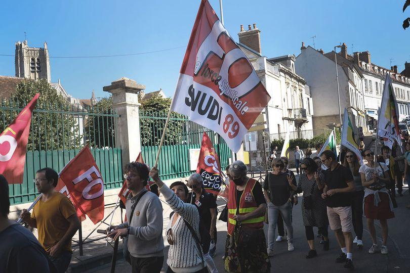 Éducation Nationale en grève mardi 23 septembre : près de 100 manifestants à Auxerre et 50 à Sens pour dénoncer les conditions déplorables de cette rentrée scolaire.